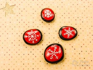 Painted Snowflake Stones in PiedraCreativa