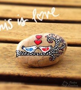 Pájaros pintados en piedra para San Valentín