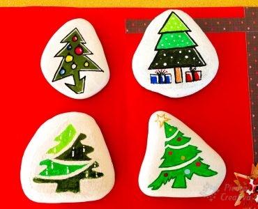 Piedras con árboles de navidad