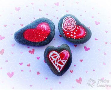 Corazones pintados en piedra para San Valentín