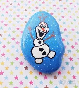 Manualidad de Olaf pintado en piedra