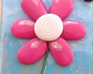 centro en espiral de blanco pintado en piedra 300x240 - How to paint flowers in stones