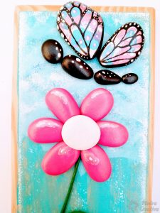 flor pintada en piedra con mariposa piedracreativa 225x300 - How to paint flowers in stones
