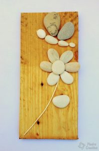 manualidad de como hacer flores de piedras pintadas 197x300 - How to paint flowers in stones