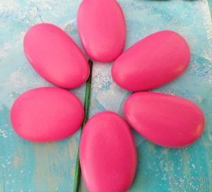 petalos pintados en piedras piedracreativa 300x271 - How to paint flowers in stones
