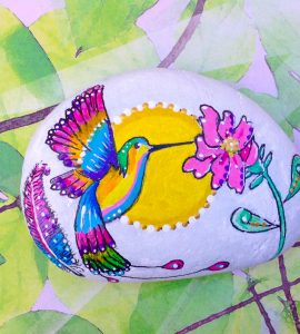 Piedra pintada de colibrí
