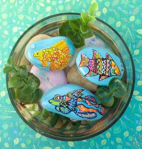 DIY pecera de piedras pintadas con peces de colores