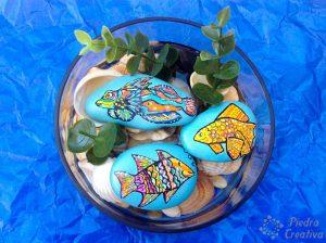 Manualidad de peces pintados en piedras