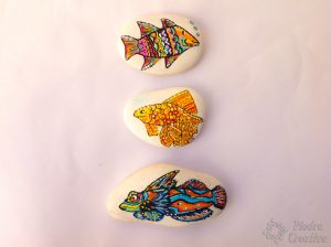 Piedra pintada de pez de colores