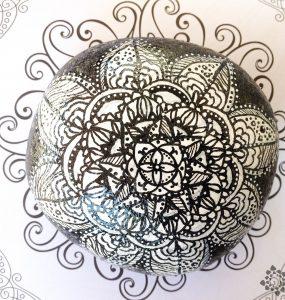 Diy mandala pintado en piedra en blanco y negro