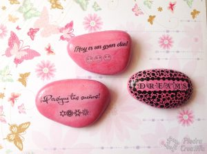 diy piedras pintadas rosas foto transfer 300x224 - diy-piedras-pintadas-rosas-foto-transfer