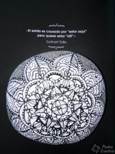 Mandala blanco y negro en piedra con frase