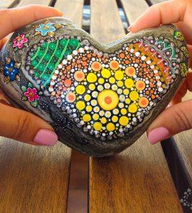 Mandala de corazón sobre piedra pintada de PiedraCreativa