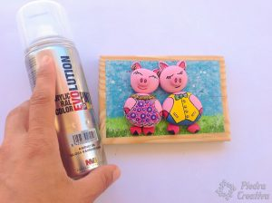 manualidad con piedras pintadas de cerdos con barniz en spray 300x224 - Cute pigs painted rocks