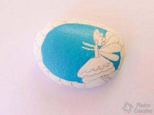 Manualidad de piedras pintadas de hada con azul