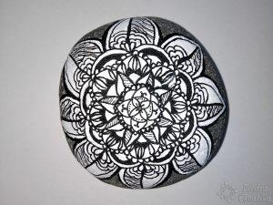Manualidad piedra pintada en blanco y negro de mandala