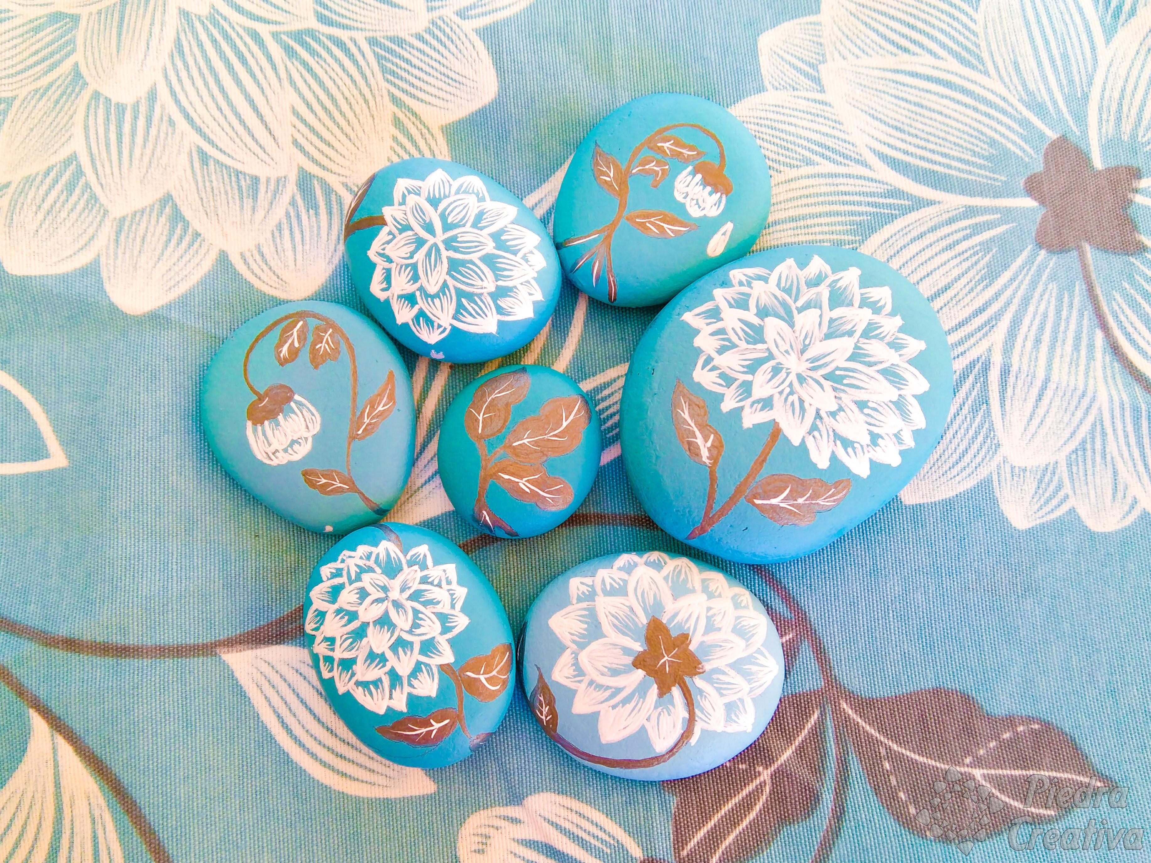 DIY piedras pintadas azules de flores en PiedraCreativa
