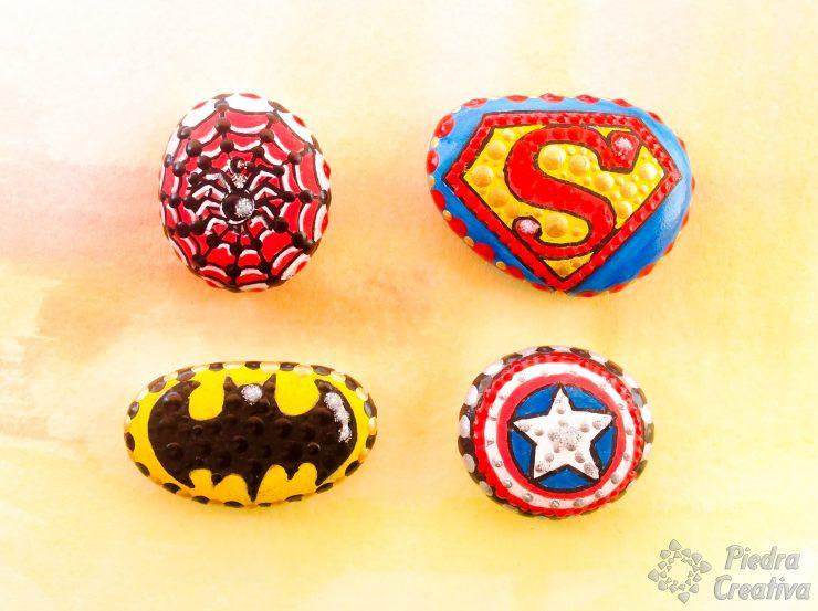 Logos de superheroes en piedras pintadas