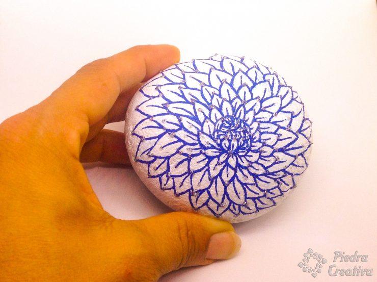 Piedra pintada con rotulador azul