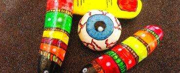 Manualidades en piedras para Halloween con pintura fluorescente
