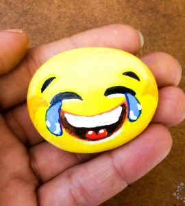 Emoticono riendo pintado en piedra por PiedraCreativa
