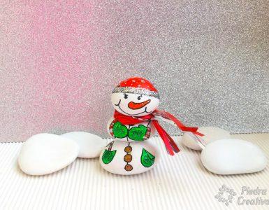 Manualidad muñeco de nieve en piedras pintadas de PiedraCreativa