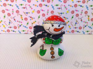 Muñeco de nieve en piedras pintadas