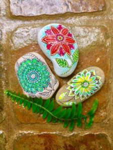 Flores en piedras pintadas por Marzena en PiedraCreativa