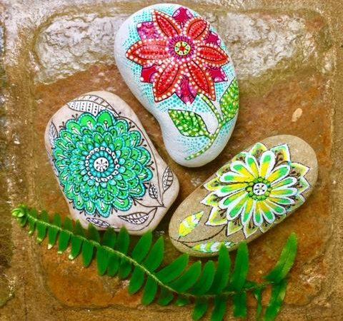 Flores en piedras pintadas por Marzena