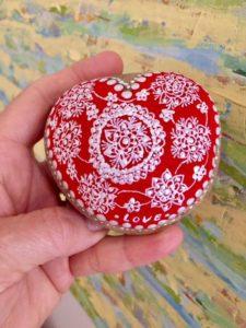 Corazón bordado en piedra pintada