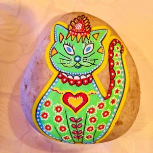 gato verde en piedras pintadas 300x300 - Cats and fish on rock painting