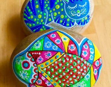 Gatos y peces pintados en piedras