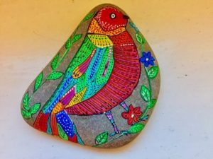 pajaros en piedras pintadas 300x225 - ¡Volando voy... volando vengo!