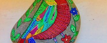 Pájaros pintados en piedras